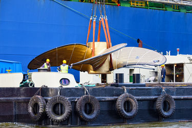 HHLA handles the world's largest ship propeller in Hamburg
