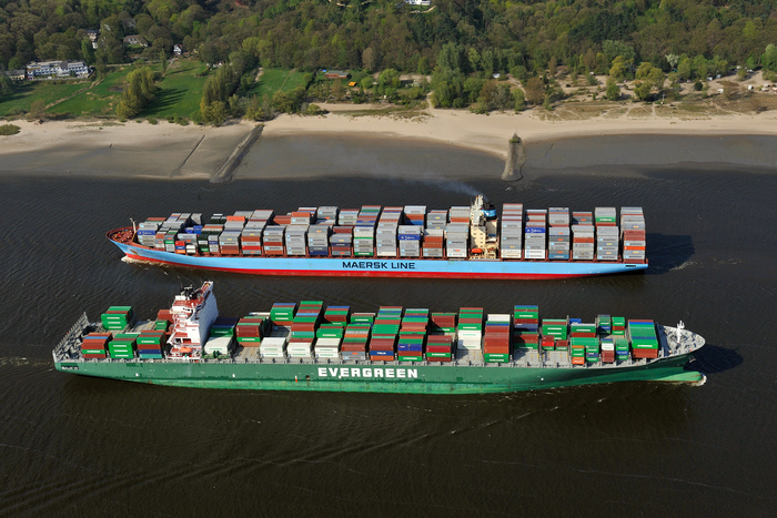 Two container ships passing each other on the Elbe River (photo: Port of Hamburg)
