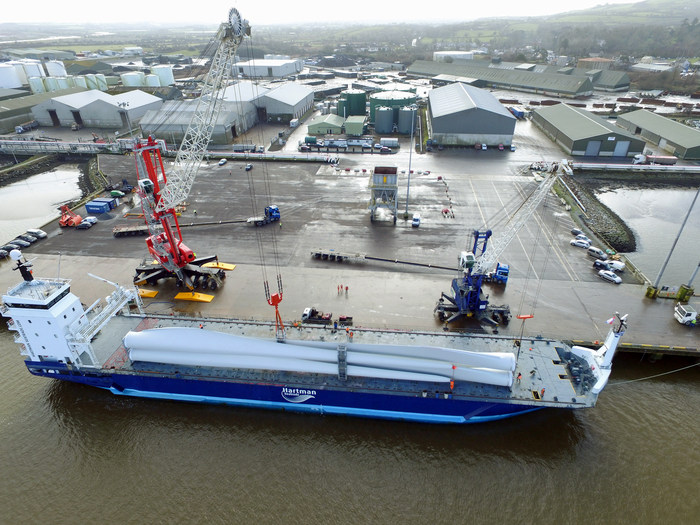 Liebherr Mobile Harbour Crane LHM 420 handling wind turbines at the Shannon Foynes Port Company (photo: Liebherr)