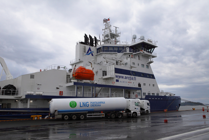 Skangas performing truck-to-ship LNG bunkering