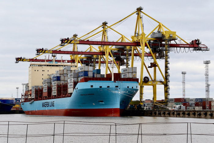 Vistula Maersk being handled at the First Container Terminal in the Port of St. Petersburg (photo: Maersk Line)